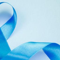 Foto com o laço azul que representa a luta contra o câncer de próstata